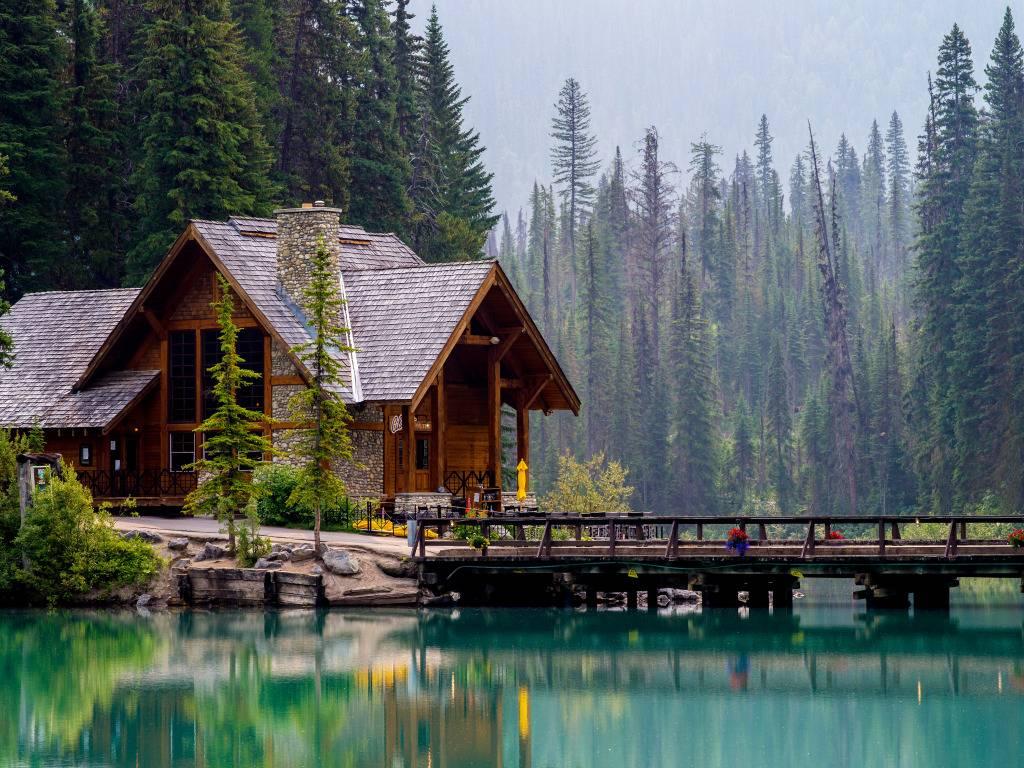 Дом из бруса с мансардой у озера