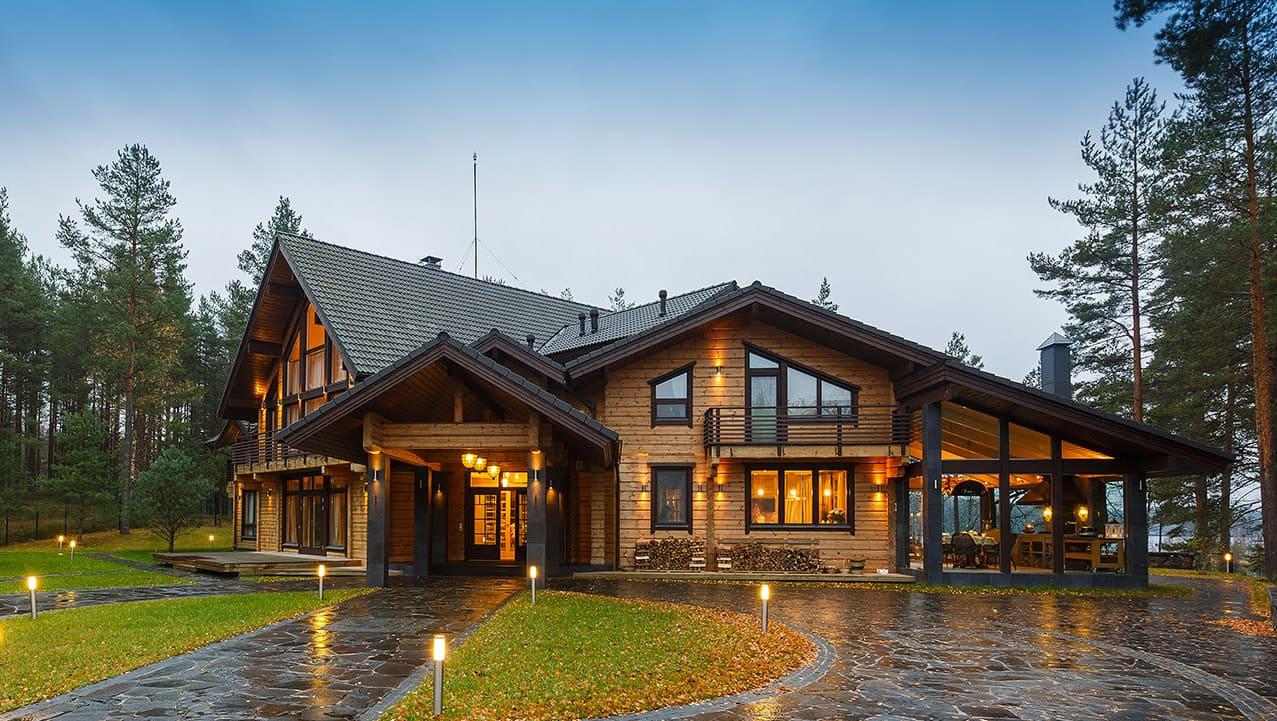 Красивый дом из бруса с террасой фото
